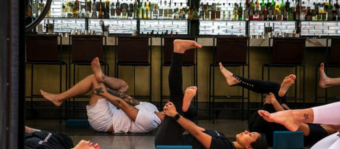 Restaurant Yoga Stretching